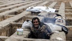 Bezdomovci v Íránu žili v hrobech. Příběhy drogově závislých pobouřily veřejnost