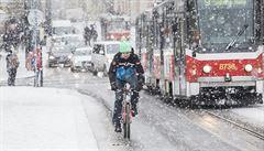 Sněžení zkomplikovalo provoz autobusů v Praze a okolí, plzeňskou dálnici zavřely nehody