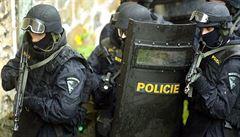 Čeští policisté si spletli Izraelce s útočníky na číšníka. Vtrhli na ně se samopaly a vedli je ulicemi