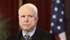 Ruské noviny naletěly. McCain chce zlikvidovat FIFA, napsaly