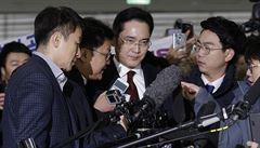 Korejští vyšetřovatelé chtějí zatknout šéfa Samsungu. Kvůli korupčnímu skandálu
