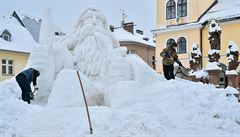 Náměstí v Jilemnici zdobí šestimetrová sněhová socha Krakonoše