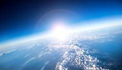 Ozonová vrstva se částečně dál ztenčuje, varují vědci