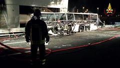 V Itálii shořel autobus s maďarskými školáky. Nehodu nepřežilo 16 lidí