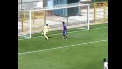 VIDEO: Nejhorší vlastňák v dějinách fotbalu. Kapitán vypíchl gólmanovi při oslavě míč z ruky