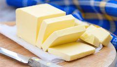 Drahé máslo žene lidi k domácí výrobě. Ke stloukání se používají mixéry i PET lahve