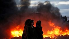 Obyvatelé izraelské osady se brání evakuaci. Při střetech zranili 16 policistů