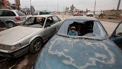 Nejlukrativnější práce v Mosulu? Opravář aut. Z města je po ofenzivě ráj vraků