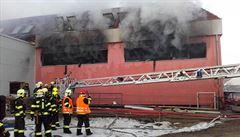 V lakovně ve Zvoli se požár již nešíří, hasiči uvnitř nalezli tělo pohřešovaného muže