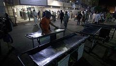 Při sebevražedném útoku v pákistánské svatyni zemřelo nejméně 75 lidí