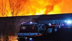 Ve Zvoli u Prahy hoří lakovna. Zasahovalo 30 jednotek, odhadovaná škoda je 100 milionů