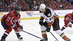 VIDEO: Sekl rozhodčího hokejkou. Útočníka Anaheimu čeká v NHL velmi dlouhá stopka