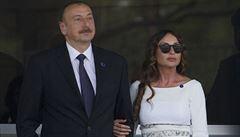 Prezident Ázerbájdžánu obdaroval novináře 255 byty. Úplatky, komentuje reportérka