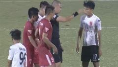 VIDEO: Za stavu 2:2 proti nim sudí nařídil penaltu. Na protest přestal gólman chytat