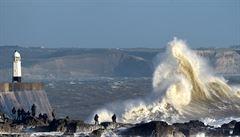 Západ Francie čelí bouři Miguel. Na moři zemřeli tři záchranáři, převrátil se s nimi člun