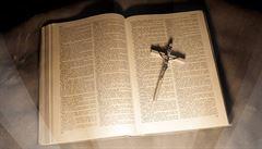 Zloděj vrátil kostelu dvě stě let starou bibli. Ukradl ji v roce 1971