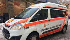 Opilý řidič vezl v sanitce pacienta. Prahou projížděl bez svolení na červenou