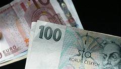 Euro opět stálo 27 korun. Česká měna se vrátila na 'intervenční' hladinu