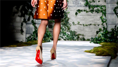 Švýcaři odepřeli slavnému obuvníkovi Louboutinovi výhradní právo na červené podrážky