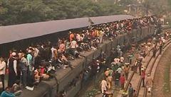 Lidé v Dháce při cestování vlakem riskují životy