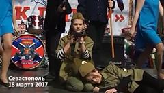 Děti na Krymu 'oslavily' obsazení Ruskem scénkou. Se samopaly i vztyčením vlajky