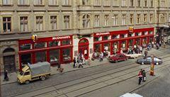 25 let McDonald's v Česku: na prvního 'amerického hamburgera' stály frontu tisíce lidí