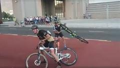 VIDEO: Vítr odnášel kola i závodníky. Populární závod byl proto zrušen