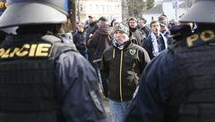 Pouliční válka v Opavě. Policie po střetech před stadionem zatkla 50 fandů Baníku