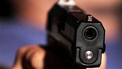 Na autobus plný dělníků střílel v Plzni patnáctiletý mladík. Jeho otec tomu přihlížel