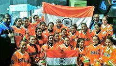 Na dresy se složila veřejnost. Indické hokejistky teď slaví historické vítězství