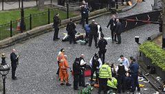 Svědek: Vedle mého ramene se objevil muž s velkým nožem a začal bodat do policisty