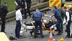Teror v Londýně. Muž najel do chodců autem, pak útočil nožem. Čtyři lidi zabil, 40 zranil