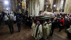 Tělo kardinála Vlka bylo uloženo do hrobky. Přihlížely dva tisíce lidí