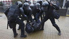 Policie v Minsku zasáhla proti demonstrantům, zatkla na 400 lidí