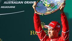 Vettel porazil Hamiltona a ukončil čekání Ferrari na vítězství