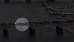 První video z Londýna v době útoku: žena se před přejetím zachránila skokem do Temže