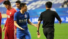 VIDEO: Číňan dupnul belgické hvězdě na nohu. Půl roku si fotbal nezahraje