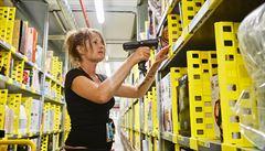 Celníci kontrolují legálnost zaměstnanců v českém skladu Amazonu