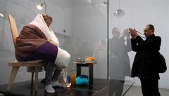 Francouzský umělec se promění v kuře ve skleněném inkubátoru