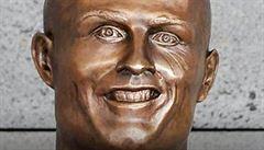 Tvůrce Ronaldovy sochy je zesměšňován. Modla vypadá jak panenka Chuckie