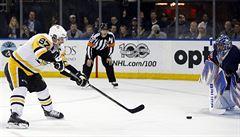 NHL: Zacha si připsal asistenci u prohry, Crosby překonal další milník Jágra