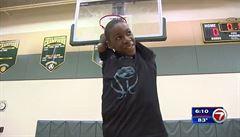 VIDEO: Nemá obě ruce. Přesto 13letý basketbalista rozhoduje zápasy trojkami