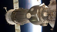 Trhlinu v kosmické lodi Sojuz zavinil člověk, možná je i sabotáž