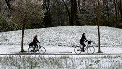 Sníh zkomplikoval dopravu v Bavorsku, v Alpách hrozí pád lavin
