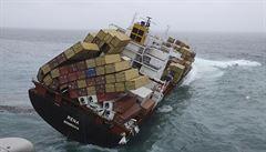 Loď u Nového Zélandu hrozí rozloměním