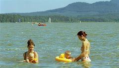 Voda v koupalištích je většinou čistá. Kde si zaplavat a kde ne?
