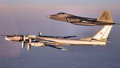 Ruské bombardéry 'dovolenkovaly' u Aljašky čtyři noci za sebou. Vzlétly proti nim 'neviditelné' Raptory