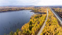 Na Sibiři rychle taje permafrost. Půda odhaluje zbytky živočichů, jejich rozklad produkuje velké množství metanu