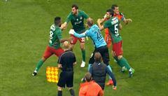 VIDEO: Fotbalové hřiště si spletli s ringem. Finále ruského poháru skončilo bitkou týmů