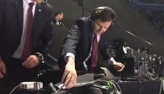 VIDEO: Rozvášněný Záruba si po vyrovnání poničil mikrofon a způsobil výpadek zvuku